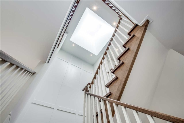 Detached at 422 Tennyson Dr, Oakville, Ontario. Image 6