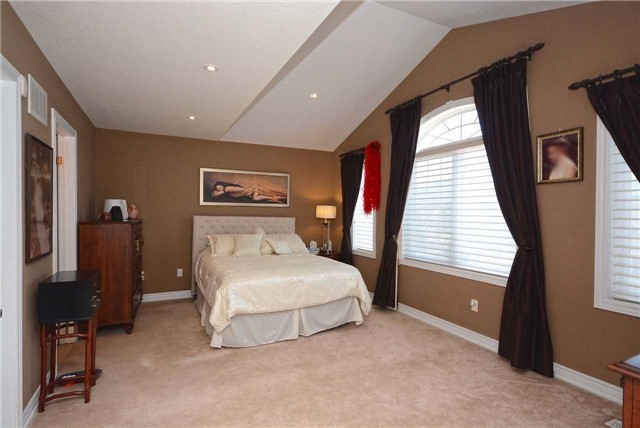 Detached at 2433 Kwinter Rd, Oakville, Ontario. Image 4