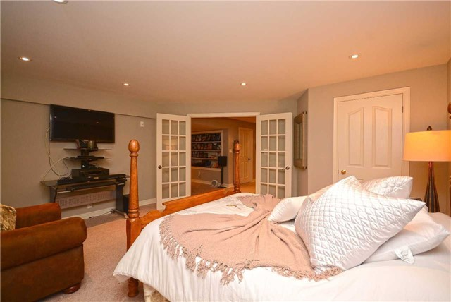 Detached at 2433 Kwinter Rd, Oakville, Ontario. Image 10