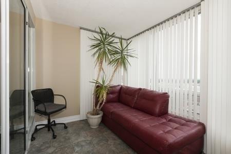 Condo Apartment at 26 Hanover Rd, Unit 1210, Brampton, Ontario. Image 5
