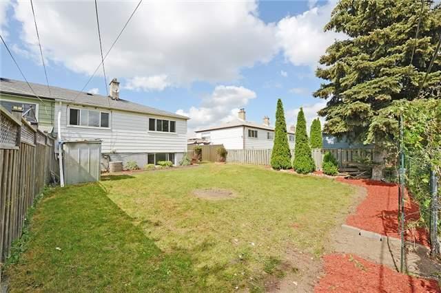Semi-detached at 139 Avondale Blvd, Brampton, Ontario. Image 10