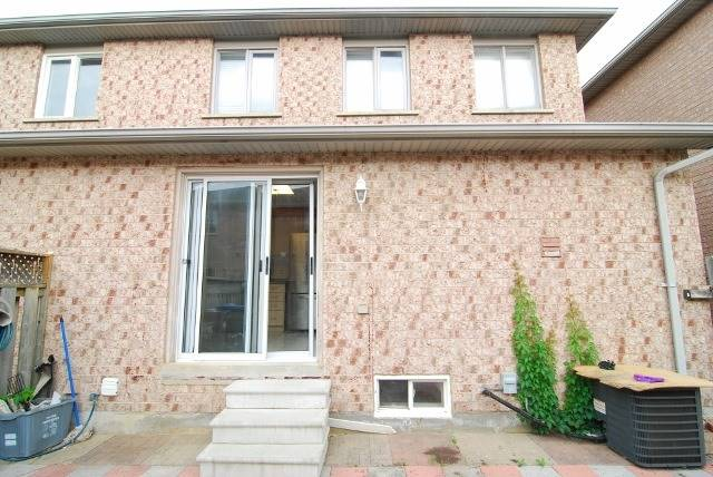 Semi-detached at 15 Canoe Glide Lane, Brampton, Ontario. Image 10