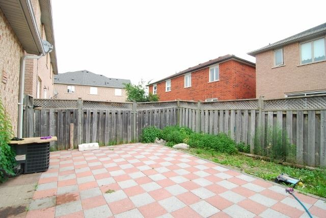Semi-detached at 15 Canoe Glide Lane, Brampton, Ontario. Image 11