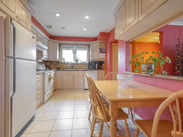 Semi-detached at 3733 Broomhill Cres, Mississauga, Ontario. Image 16