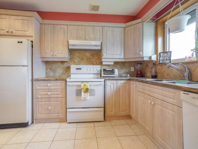 Semi-detached at 3733 Broomhill Cres, Mississauga, Ontario. Image 18