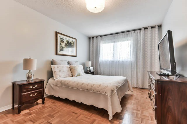 Detached at 4012 Chicory Crt, Mississauga, Ontario. Image 5