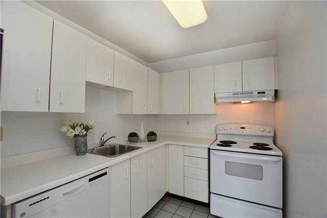 Condo Apartment at 4205 Shipp Dr, Unit 2703, Mississauga, Ontario. Image 4