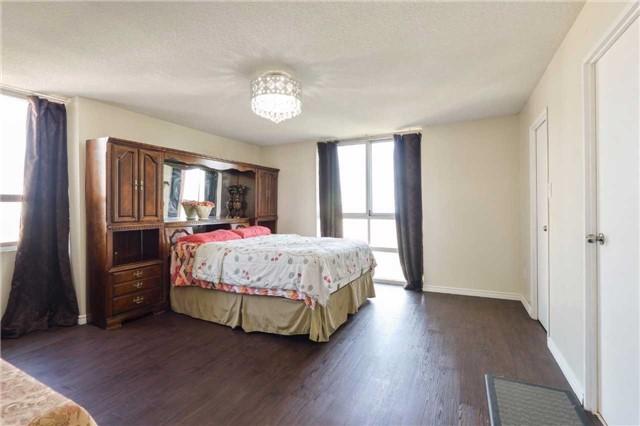 Condo Apartment at 3650 Kaneff Cres, Unit 2303, Mississauga, Ontario. Image 2