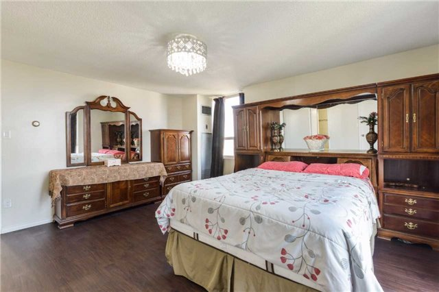 Condo Apartment at 3650 Kaneff Cres, Unit 2303, Mississauga, Ontario. Image 3