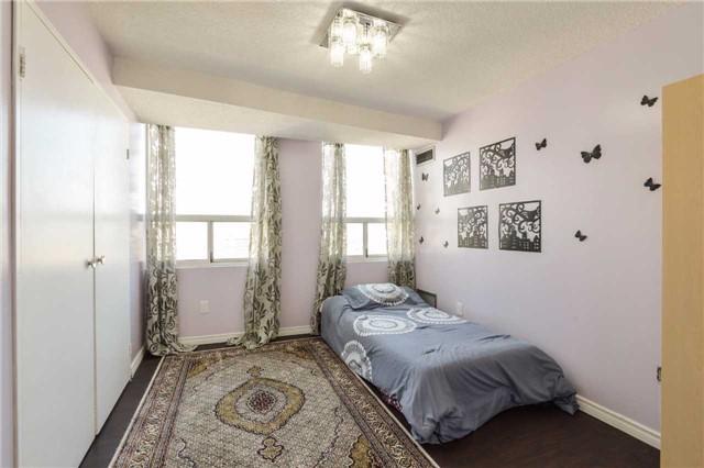 Condo Apartment at 3650 Kaneff Cres, Unit 2303, Mississauga, Ontario. Image 4