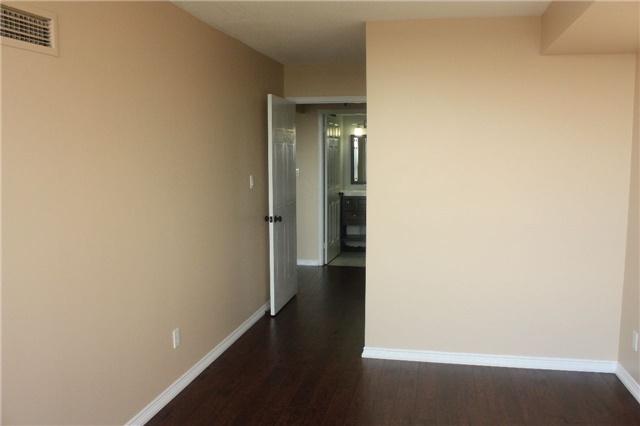 Condo Apartment at 135 Hillcrest Ave, Unit 2209, Mississauga, Ontario. Image 9