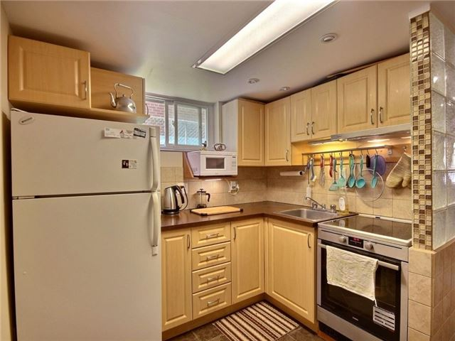 Semi-detached at 3594 Broomhill Cres, Mississauga, Ontario. Image 2