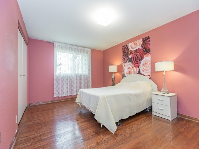 Semi-detached at 1764 Pickmere Crt, Mississauga, Ontario. Image 4