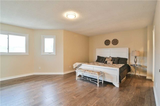 Detached at 350 Wendron Cres, Mississauga, Ontario. Image 2