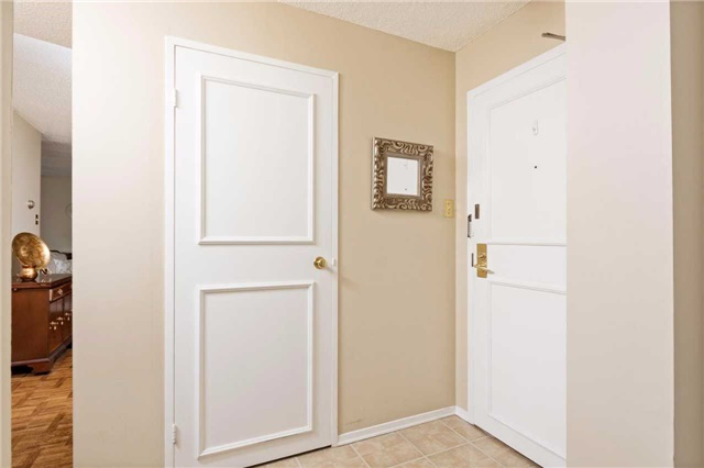 Condo Apartment at 3700 Kaneff Cres, Unit 1806, Mississauga, Ontario. Image 12