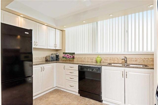 Condo Apartment at 3700 Kaneff Cres, Unit 1806, Mississauga, Ontario. Image 3