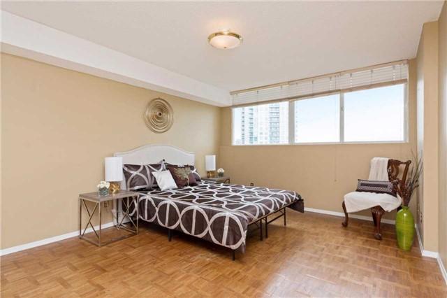 Condo Apartment at 3700 Kaneff Cres, Unit 1806, Mississauga, Ontario. Image 8