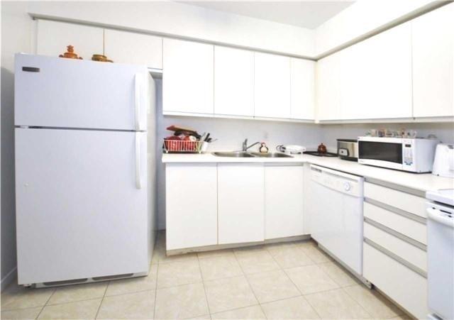Condo Apartment at 1480 Pilgrims Way, Unit 1613, Oakville, Ontario. Image 16