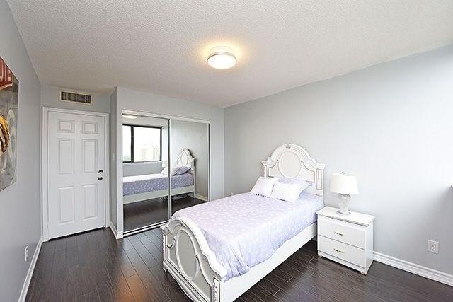 Condo Apartment at 1230 Marlborough Crt, Unit #1010, Oakville, Ontario. Image 10