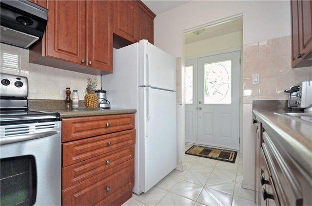 Semi-detached at 2613 Widemarr Rd, Mississauga, Ontario. Image 19