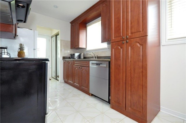 Semi-detached at 2613 Widemarr Rd, Mississauga, Ontario. Image 2