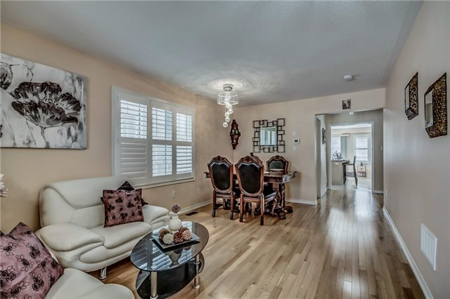 Semi-detached at 2 Amy Ave, Brampton, Ontario. Image 14
