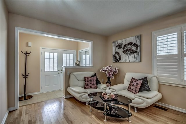 Semi-detached at 2 Amy Ave, Brampton, Ontario. Image 15