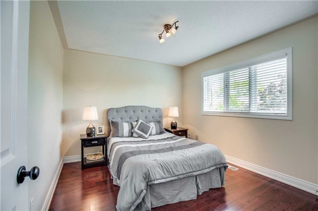Detached at 1329 Stonecutter Dr, Oakville, Ontario. Image 6