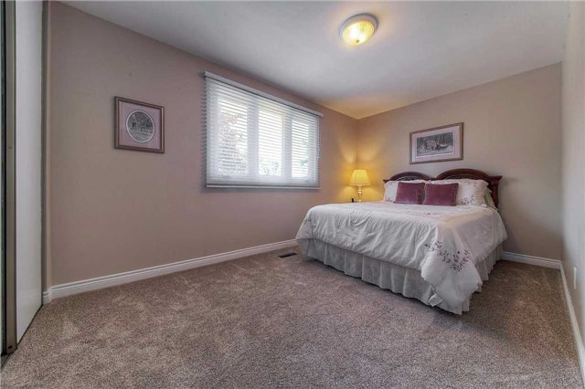 Detached at 2543 Waterford St, Oakville, Ontario. Image 4