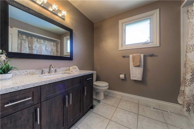 Detached at 2543 Waterford St, Oakville, Ontario. Image 7