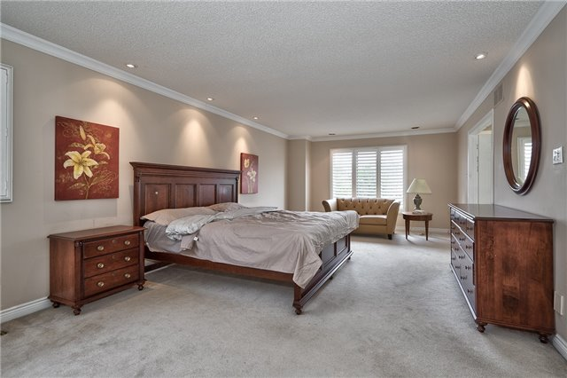 Detached at 1492 Tanner Crt, Oakville, Ontario. Image 2