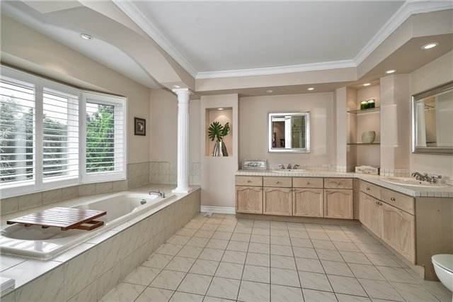Detached at 1492 Tanner Crt, Oakville, Ontario. Image 3