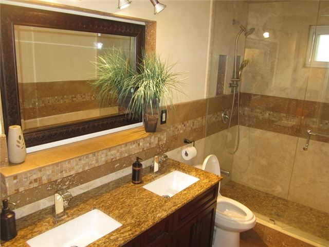 Condo Townhouse at 1055 Shawnmarr Rd, Unit 79, Mississauga, Ontario. Image 4