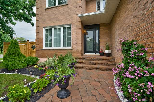 Detached at 209 Mayla Dr, Oakville, Ontario. Image 12