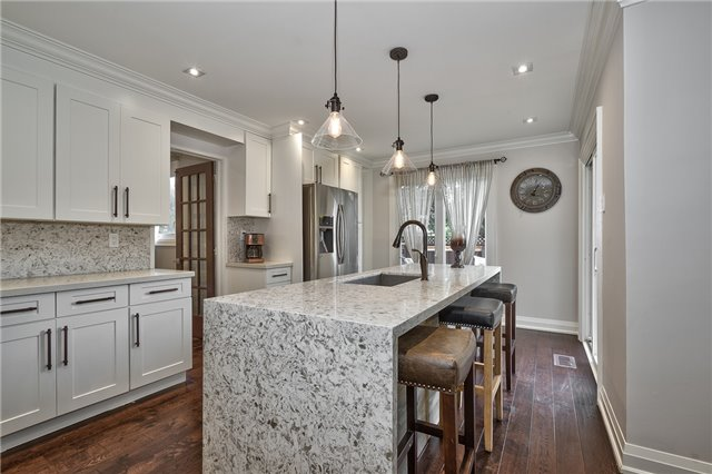 Detached at 209 Mayla Dr, Oakville, Ontario. Image 16