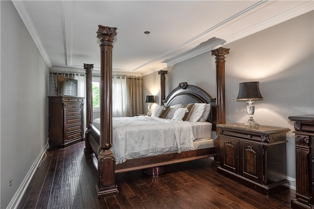 Detached at 209 Mayla Dr, Oakville, Ontario. Image 3