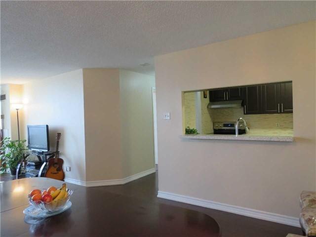 Condo Apartment at 25 Trailwood Dr, Unit 1108, Mississauga, Ontario. Image 4