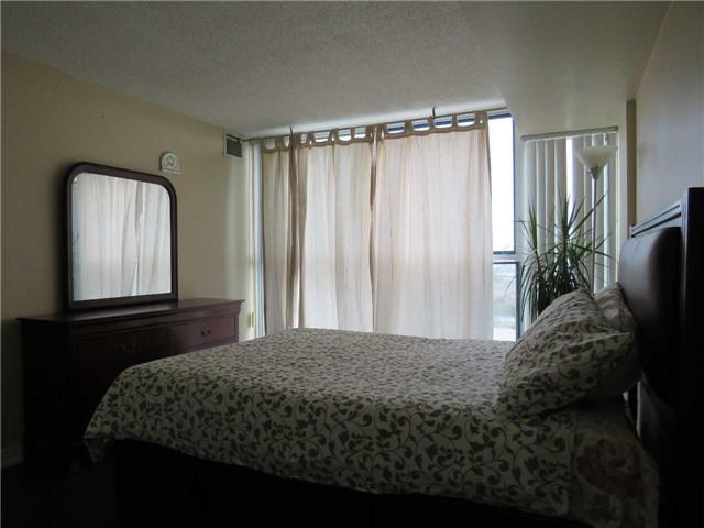 Condo Apartment at 25 Trailwood Dr, Unit 1108, Mississauga, Ontario. Image 10