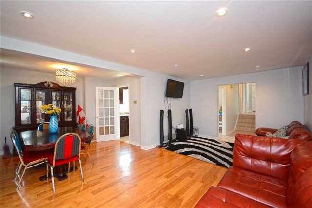 Semi-detached at 3090 Mallbridge Cres, Mississauga, Ontario. Image 14