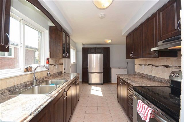 Semi-detached at 3090 Mallbridge Cres, Mississauga, Ontario. Image 17