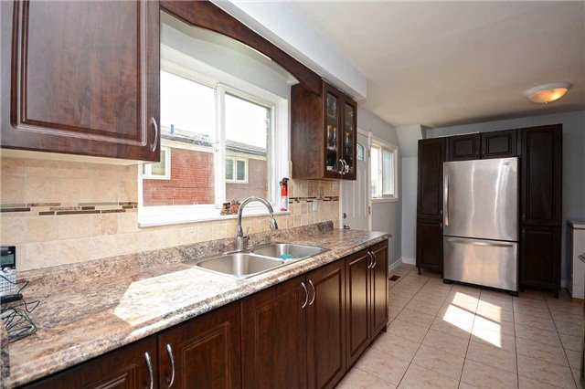 Semi-detached at 3090 Mallbridge Cres, Mississauga, Ontario. Image 18