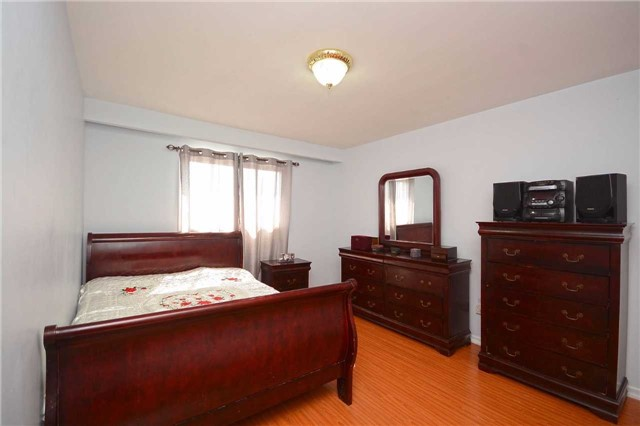 Semi-detached at 3090 Mallbridge Cres, Mississauga, Ontario. Image 5