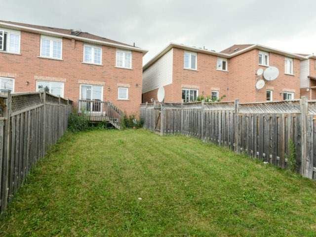 Townhouse at 122 Big Moe Cres, Brampton, Ontario. Image 6