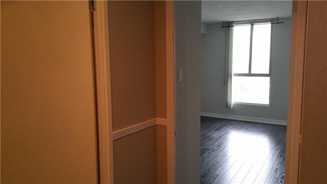 Condo Apartment at 115 Hillcrest Ave W, Unit 1914, Mississauga, Ontario. Image 8