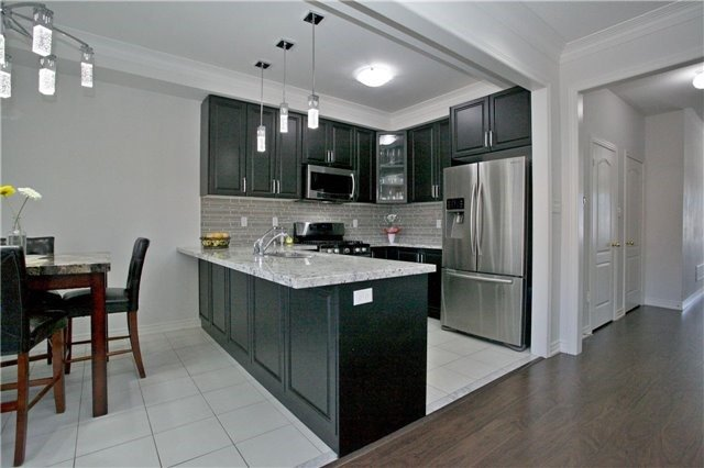 Semi-detached at 3092 Ozzie Dr, Mississauga, Ontario. Image 18