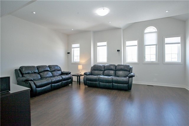 Semi-detached at 3092 Ozzie Dr, Mississauga, Ontario. Image 3
