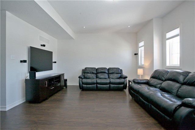 Semi-detached at 3092 Ozzie Dr, Mississauga, Ontario. Image 4