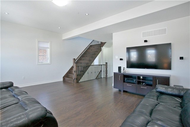 Semi-detached at 3092 Ozzie Dr, Mississauga, Ontario. Image 5