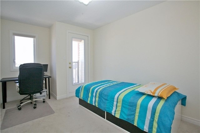 Semi-detached at 3092 Ozzie Dr, Mississauga, Ontario. Image 9