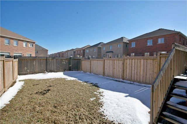 Semi-detached at 3092 Ozzie Dr, Mississauga, Ontario. Image 11
